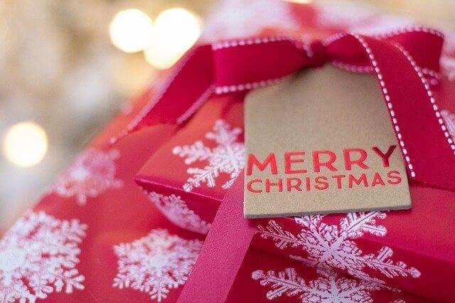赤い色のクリスマスプレゼント