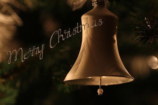 クリスマスの文字とゴールドのベル