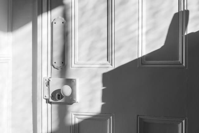 白いドアとドアノブ