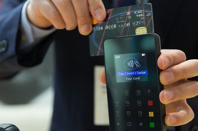 クレジットカードでお会計する男性
