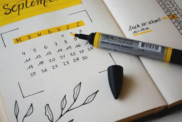 黄色いペンで書かれたカレンダー