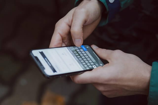 携帯を打つ男性の手