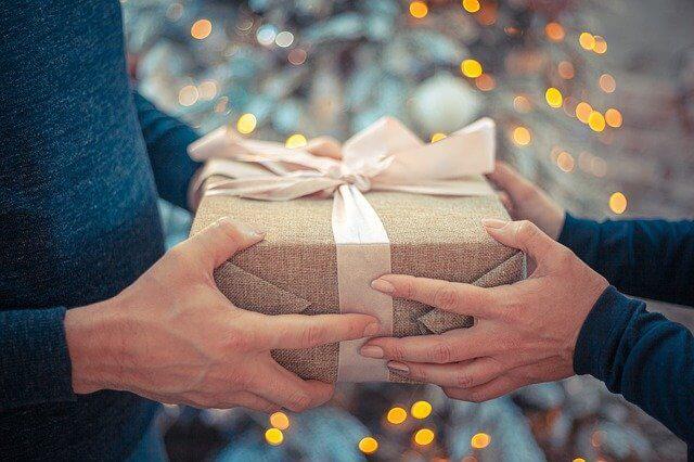 プレゼントの受け渡しをする男性と女性の手