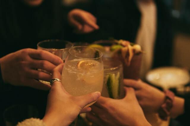 乾杯するグラス