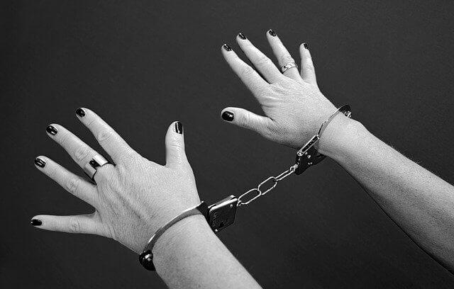 手錠をされている女性の手