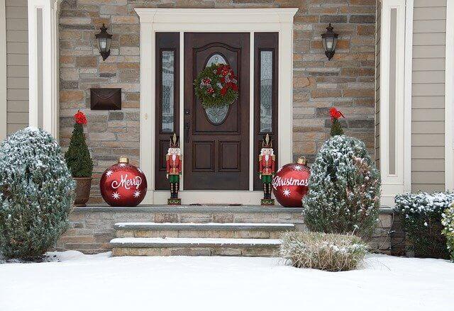 クリスマスの飾りつけをしている家
