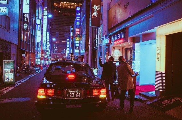 ギャラ飲みの集合場所にタクシーで着いた人たち