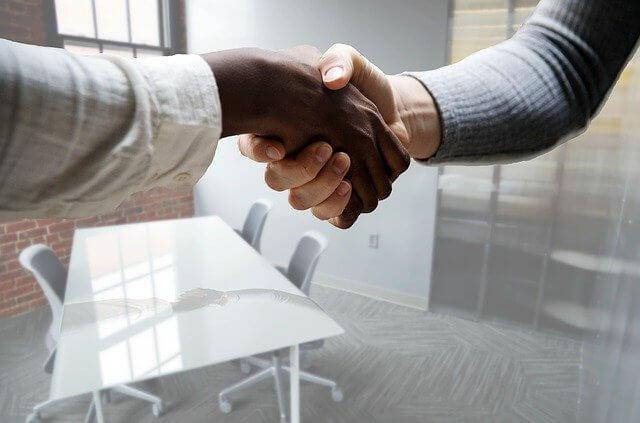 ギャラ飲みのインタビューで握手をする男女