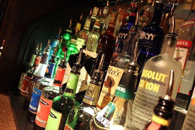 カウンターに並ぶお酒のボトル