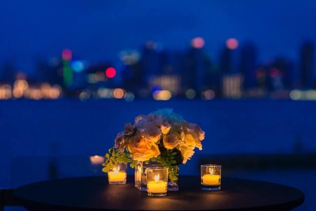 アロマキャンドルと花束が置かれたテラス席
