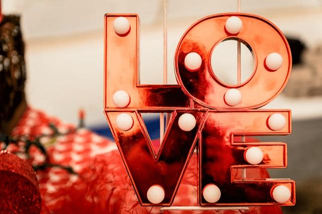 LOVEと書かれた飾り