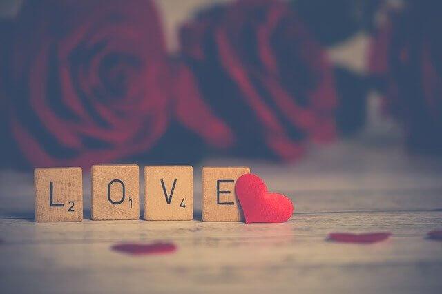 LOVEの文字と赤い小さなハート