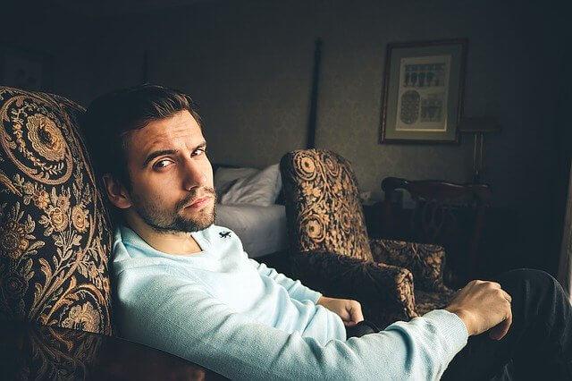 ゴージャスなソファに座る男性