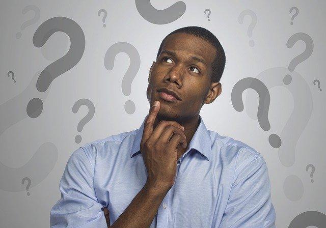 疑問が浮かぶ黒人男性