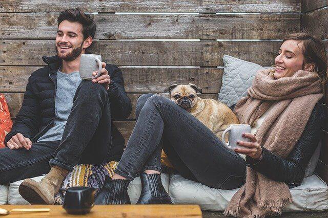 笑顔で座っている男性と女性