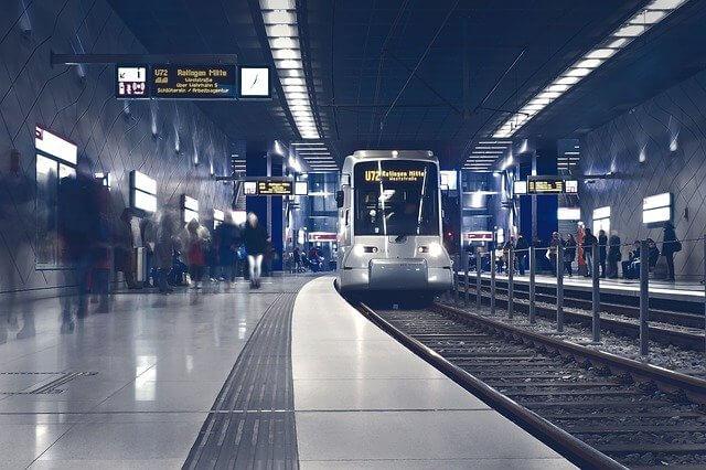 電車が到着した地下鉄