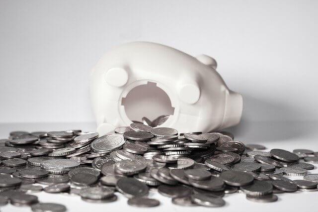 豚の貯金箱から溢れ出た小銭
