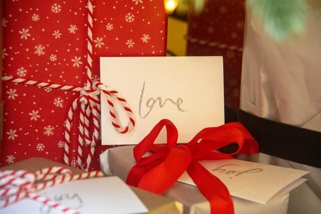 loveと書かれた手紙とプレゼント