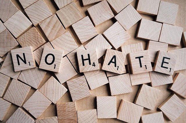木のつみきに彫られたNO HATEの文字