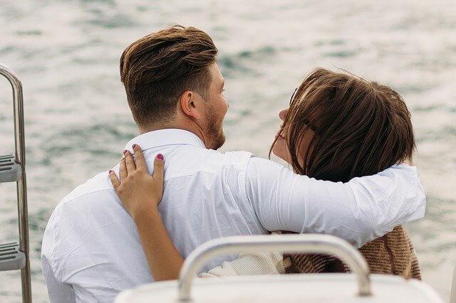 ボートに乗って肩を組む男女