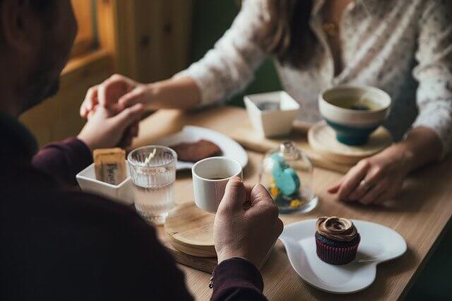 食事をしている男性と女性