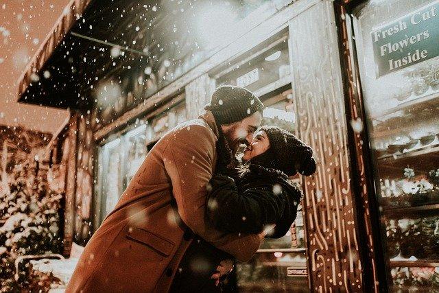 雪の降る日に抱きしめ合っている男女