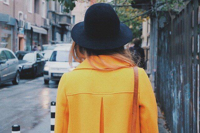 黄色いコートを着た後ろ姿の女性
