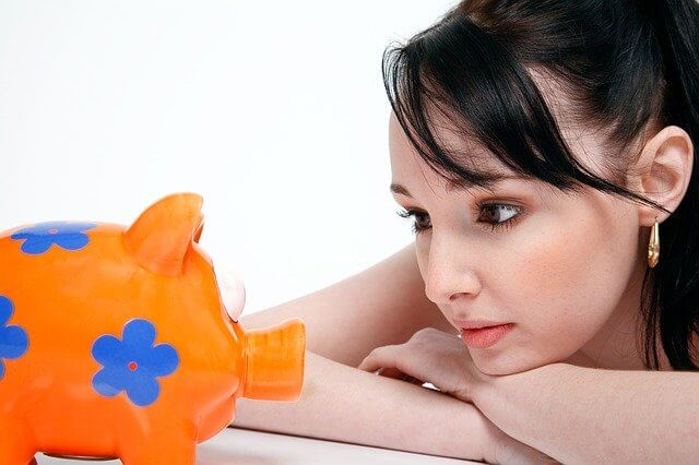 ブタの貯金箱を眺める貢がせ女
