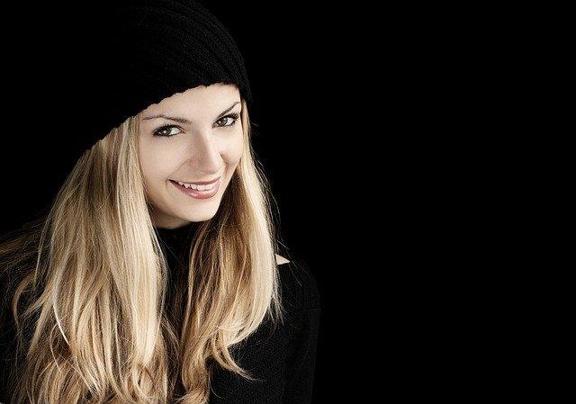 髪の長い笑顔の女性