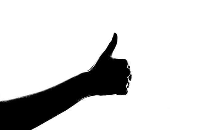 親指を立てている男性の手元