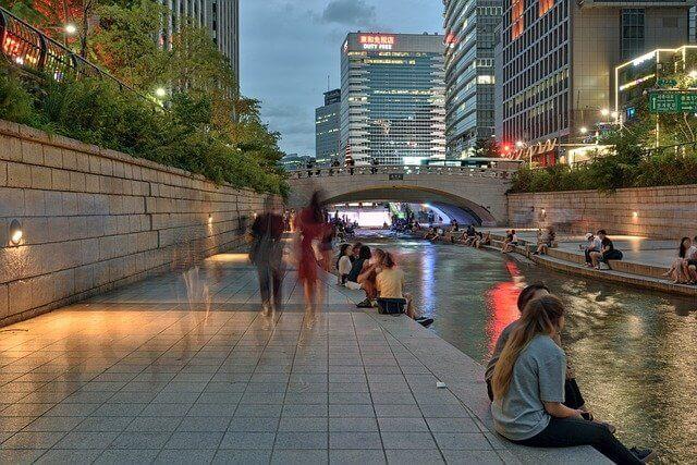 ソウル川に集まる観光客