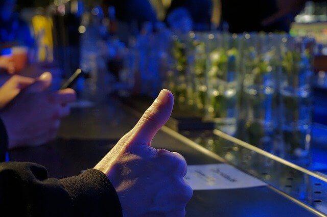 親指を立てる男性の手