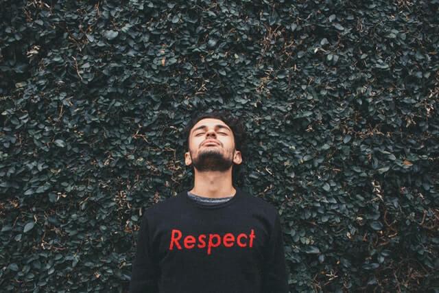 リスペクトのロゴTシャツを着た男性