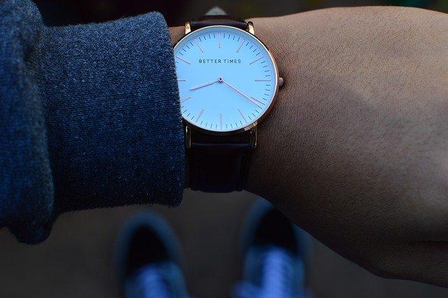 男性の腕にまかれた時計