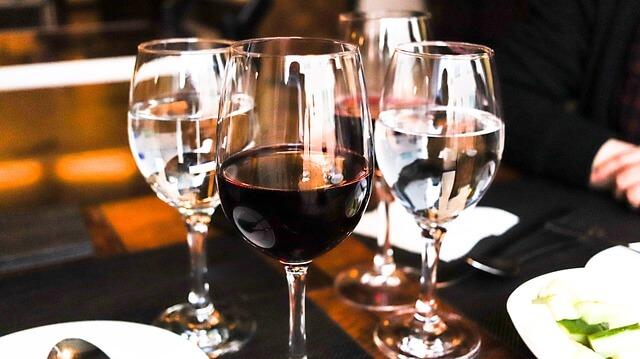 ワインと一品を囲むキャバ嬢待ちの男性