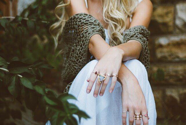 高価な指輪をつけた女性