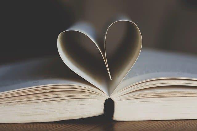 ハートの形に折られた本