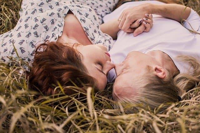 草原に寝転んでいる男女