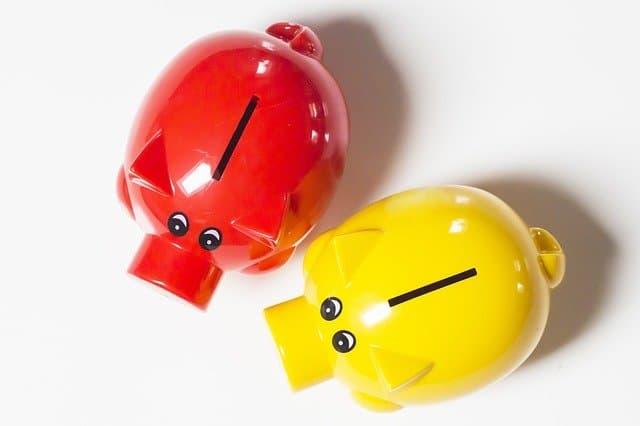 赤と黄色の貯金箱