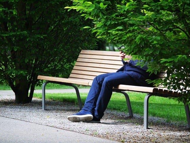 一人でベンチに座る男性
