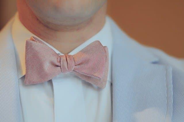 蝶ネクタイをした経営者