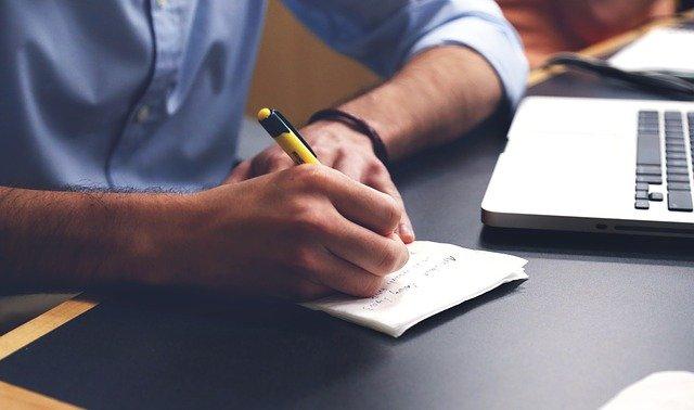 感想を書く男性