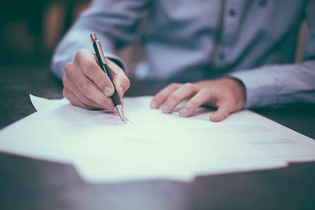 契約書を書き込むパパ活男性